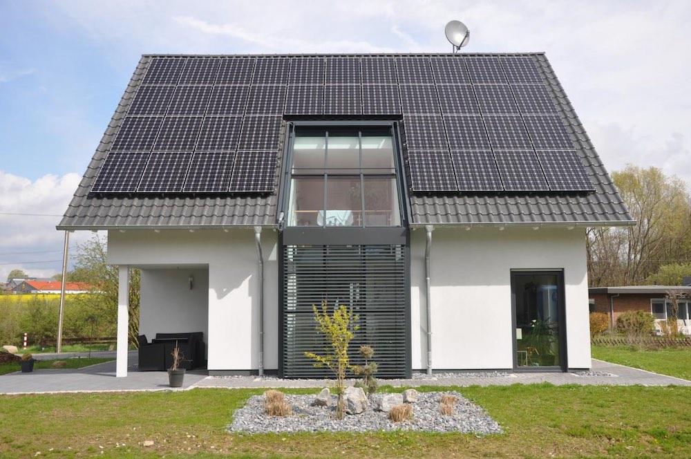 Haus mit Photovoltaikanlage plus Stromspeicher spart Stromkosten